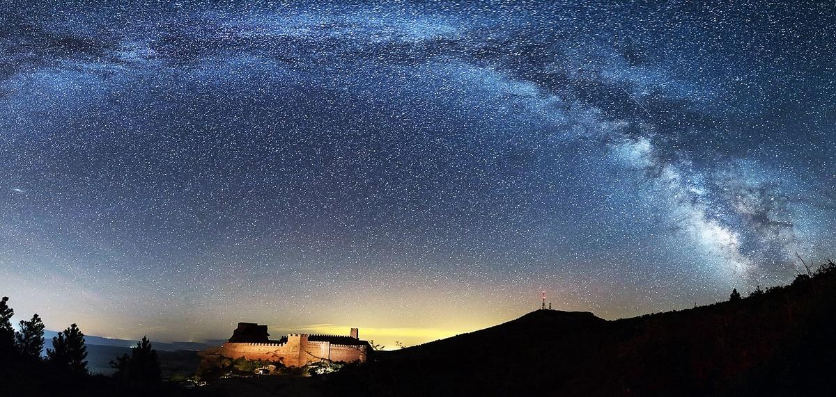 Un castillo bajo miles de estrellas